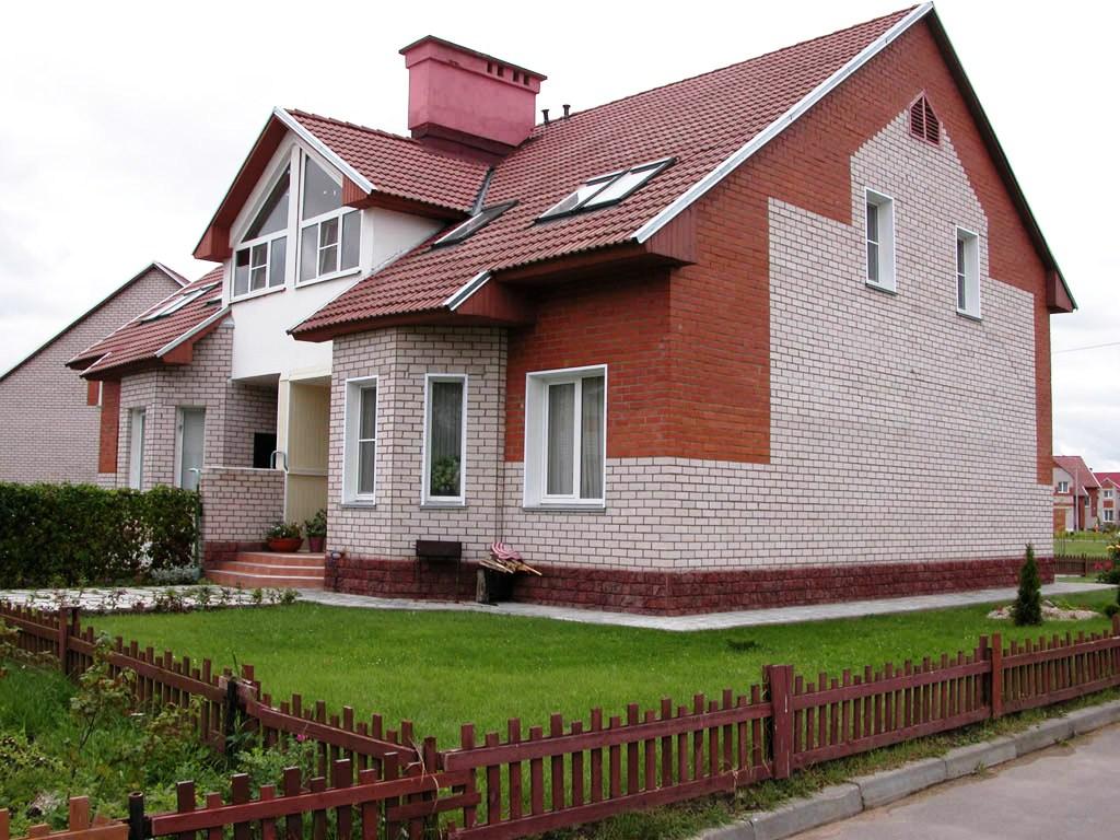 Кирпичный дом на винтовых сваях